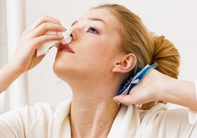 при появлении крови из носа нужно поднять голову
