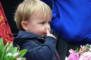 ковыряют в носу дети